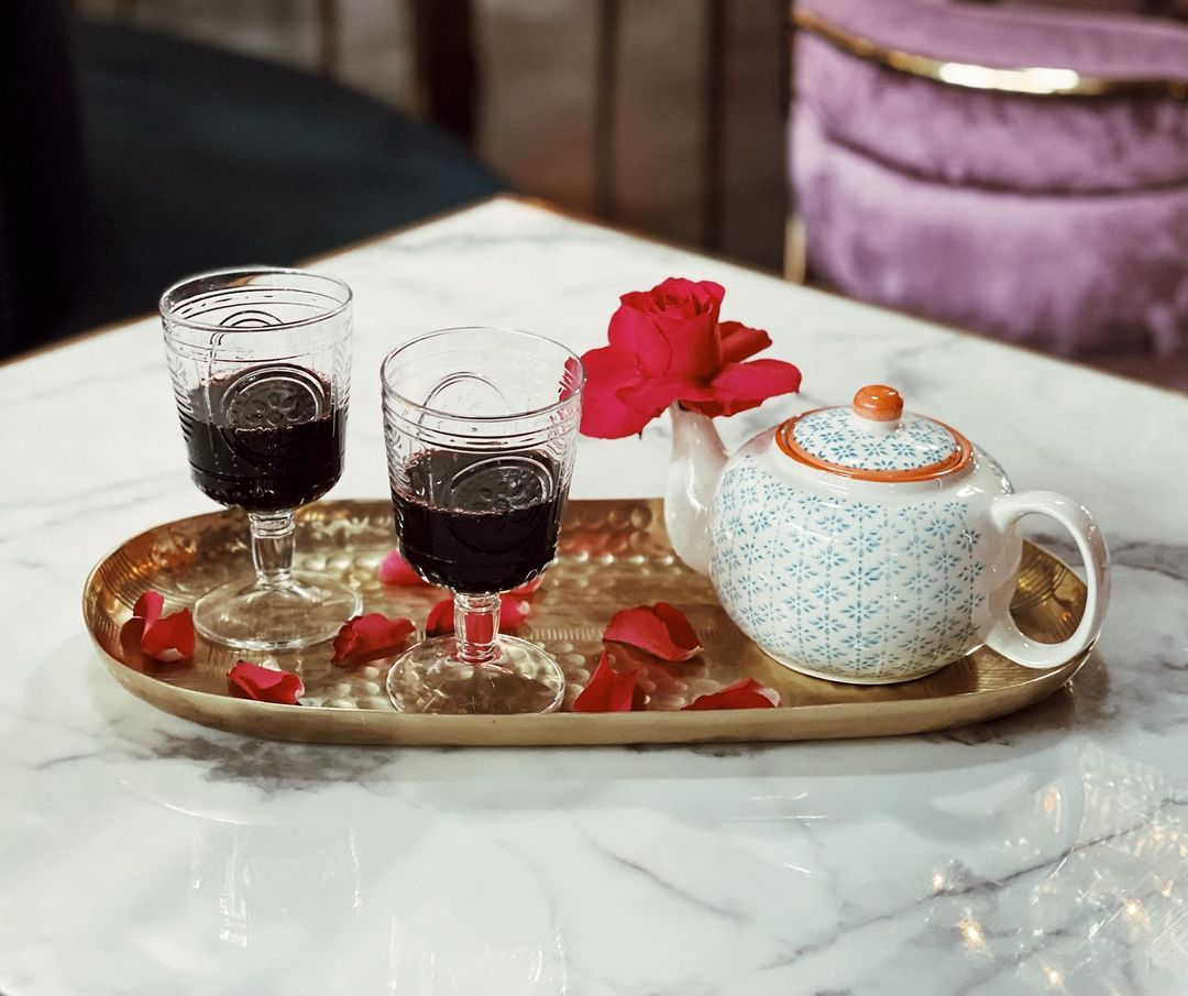 a teapot and two glasses filled with mulled wine