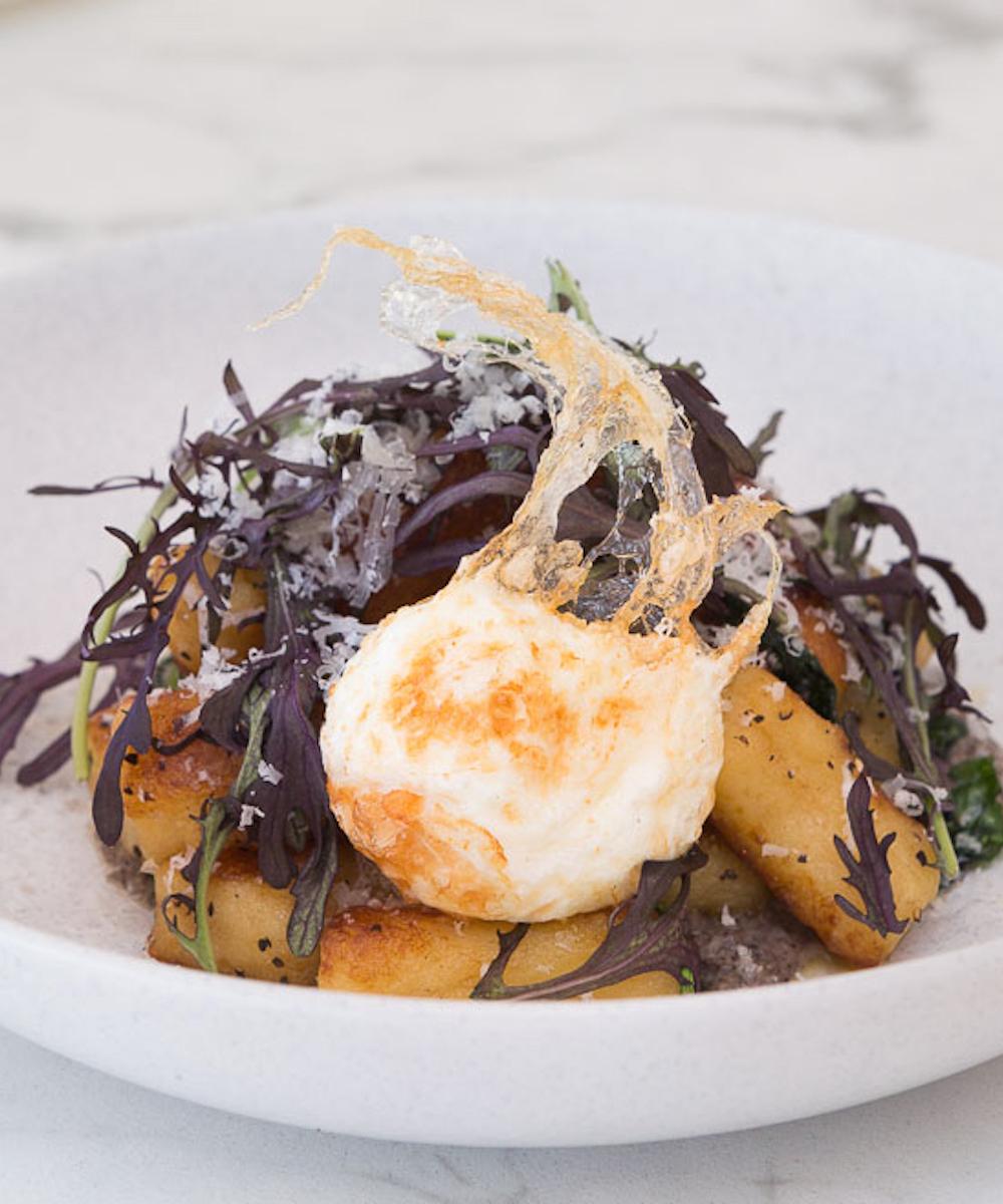 Poached egg, salad leaves and potato