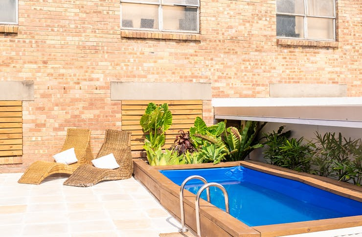 a magnesium pool in an outdoor courtyard.