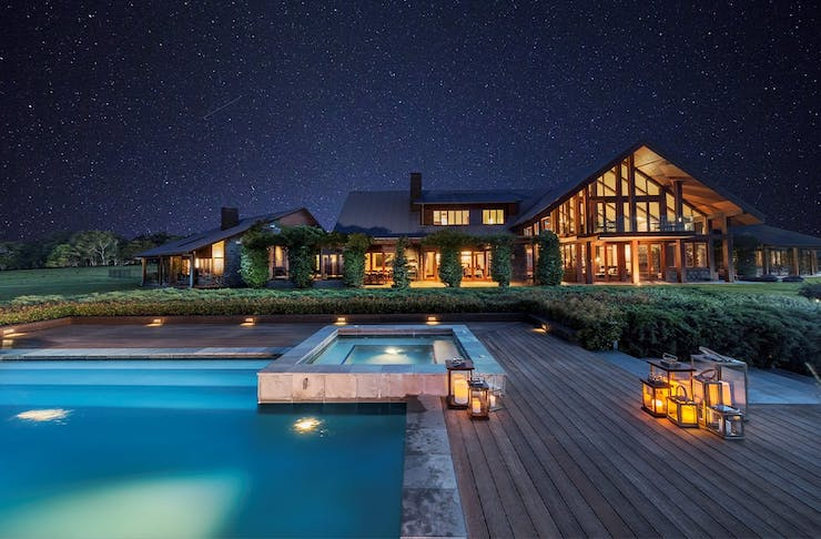 The jacuzzi and lodge at Spicers Peak Lodge under a starry sky