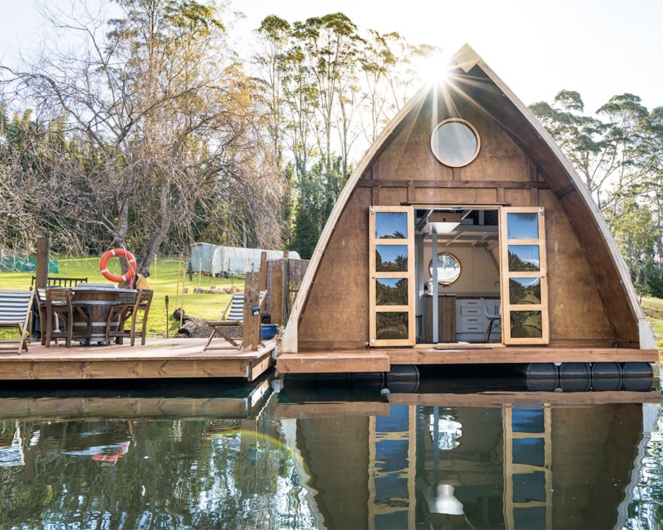 The outside view of Cottle Hill Creek houseboat.