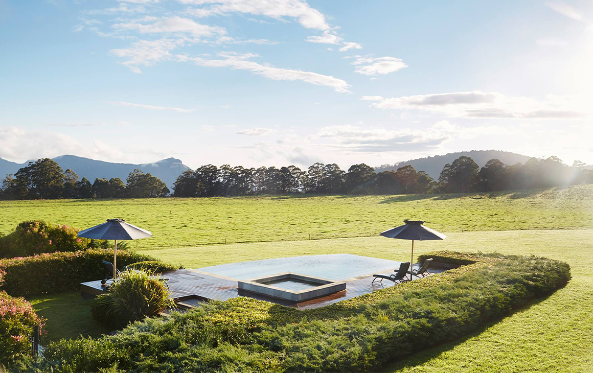 The jacuzzi and infinity pool at Spicers Peak Lodge.