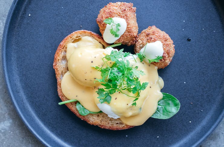 eggs benny with crab cakes