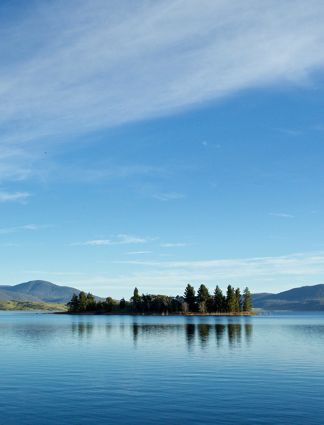 lake jindabyne in the snowy mountains nsw