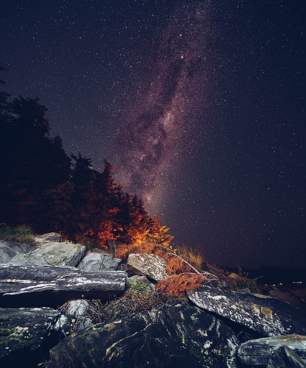 the night sky is lit up with twinkling stars